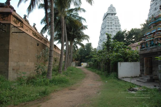 ArunachaleshwaraTemple KrittikaMandapam 11Nov2006 Pathway 6 watermarked.jpg