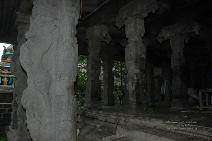 ArunachaleshwaraTemple KrittikaMandapam 11Nov2006 Pillars 17 watermarked.jpg