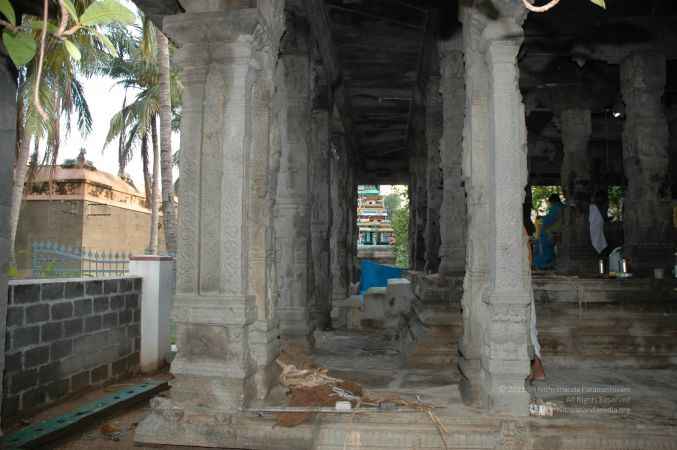 ArunachaleshwaraTemple KrittikaMandapam 11Nov2006 Pillars 20 watermarked.jpg