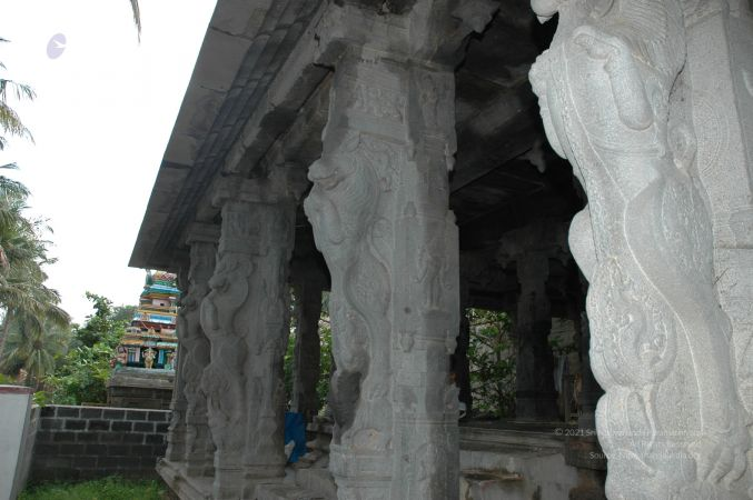ArunachaleshwaraTemple KrittikaMandapam 11Nov2006 Pillars 7 watermarked.jpg